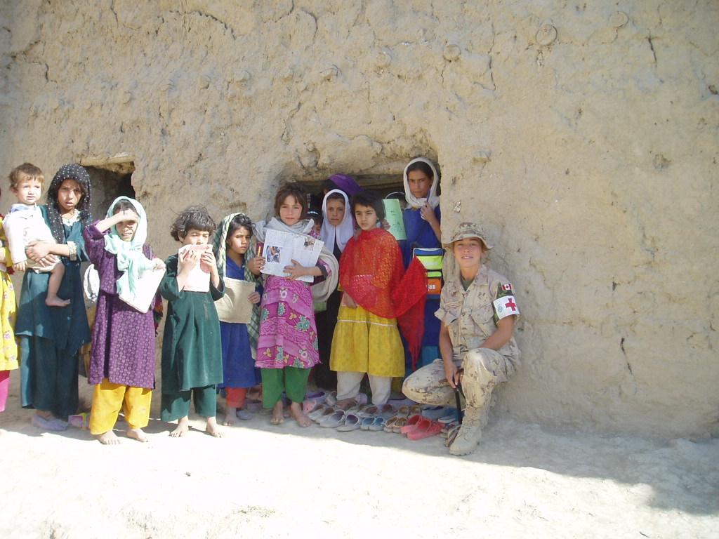 Le major Tétreault avec des enfants afghans.