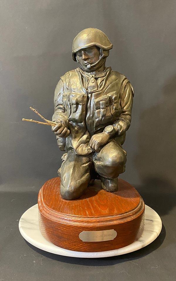 Soldat agenouillé – « Thinking of home » – Une sculpture en céramique (argile) de Hugh Egener