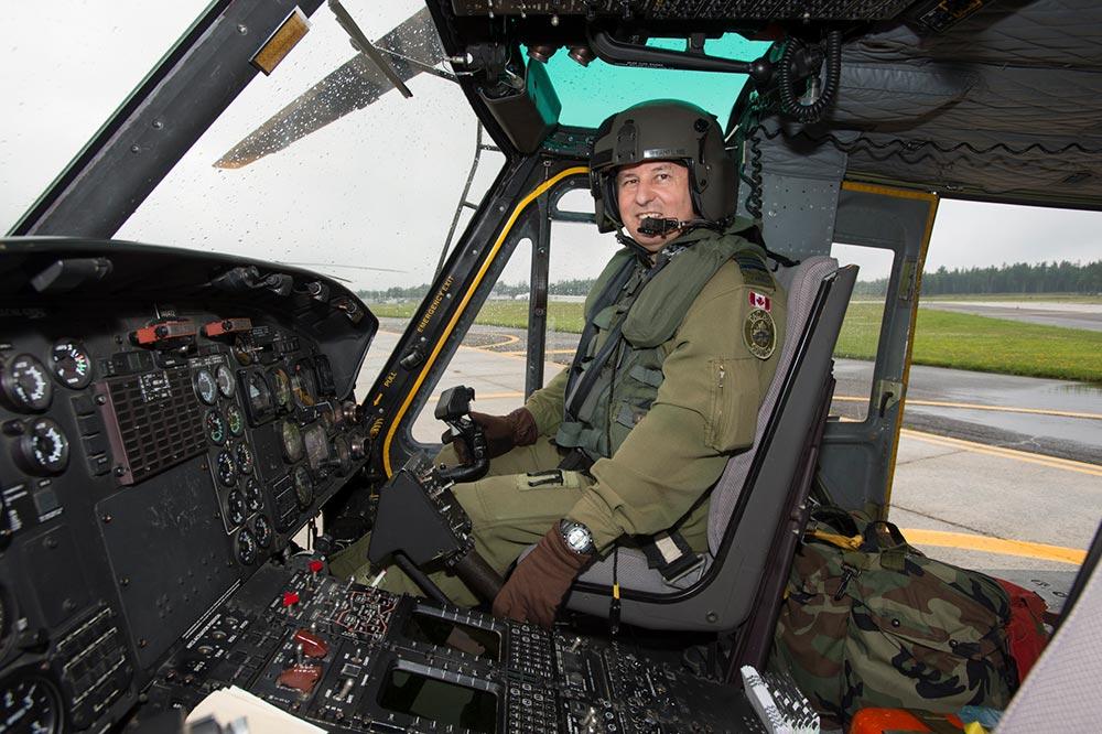 Le lieutenant-colonel JacquesLaplante aux commandes de son hélicoptère.