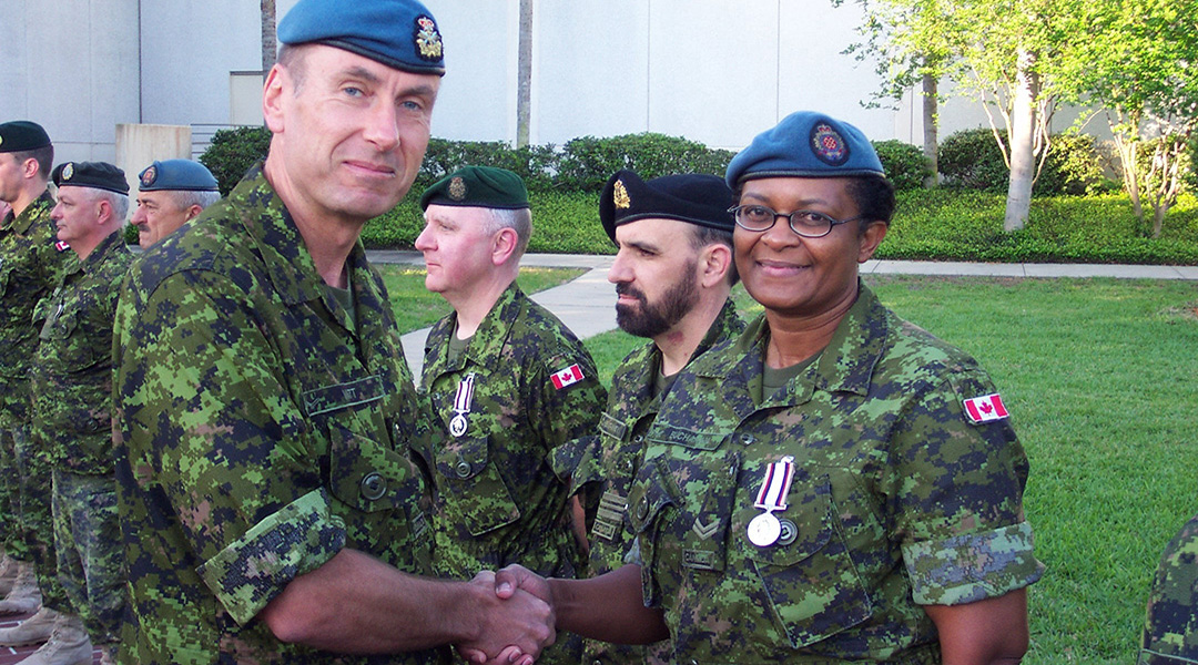 Le Caporal Joan Buchanan accepte sa Médaille du service en Asie du Sud-Ouest présentée par le Lieutenant-général Angus Watt.