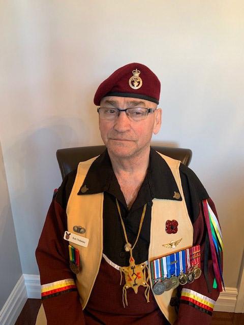 Le capitaine (à la retraite) Robert Thibeau porte ses médailles.